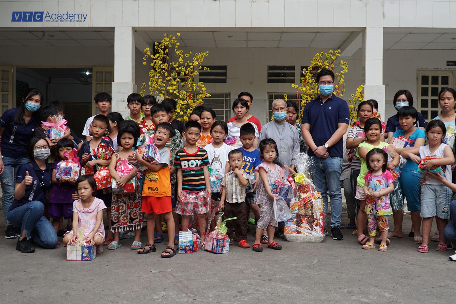 Tập thể VTC Academy mang niềm vui mùa Tết Tân Sửu 2021 đến cho các em nhỏ kém may mắn tại TP.HCM